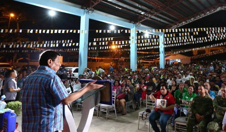 Pres. Duterte Distributes Relief Goods to Fire Victims [IN PHOTOS]