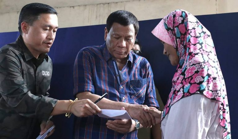 Pres. Duterte Distributes Aid to Fire Victims in Jolo, Sulu [IN PHOTOS]