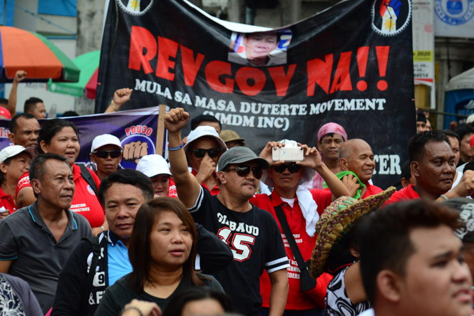 Photo: news.abs-cbn.com/news/multimedia/photo/11/30/17/duterte-supporters-call-for-revolutionary-government