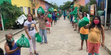 来自康塞普西翁州IloIlo的SM Cares村的家人在收到SM Foundation Inc的食品后都笑了